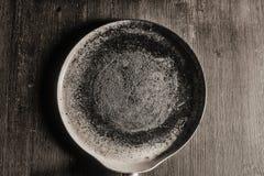 切板,平底锅和木铁锹说谎 库存图片