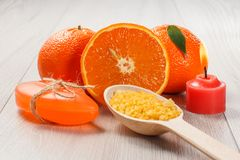 切桔子用两个整个桔子,肥皂,有海的s木匙子 库存图片