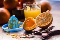 切桔子 被按的橙色手工方法 桔子和切的桔子用汁液和剥削者 免版税库存图片