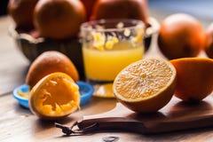 切桔子 被按的橙色手工方法 桔子和切的桔子用汁液和剥削者 图库摄影