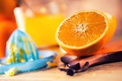 切桔子 被按的橙色手工方法 桔子和切的桔子用汁液和剥削者 免版税图库摄影