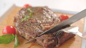 切水多的牛排的红肉牛腩服务的手 股票录像