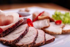 切烟肉、香肠、熏火腿和被治疗的肉在一张庆祝的桌上 库存图片