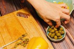 切烹调的妇女绿橄榄 库存照片
