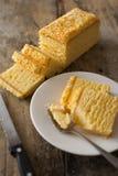 切片一个新鲜的蛋糕在旁边板材服务 免版税库存图片