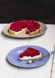 切片一个馅饼用在板材的莓 免版税库存图片