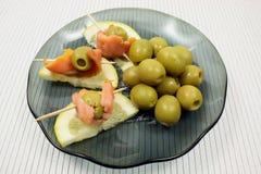 切片一条熏制的驼背三文鱼用橄榄和柠檬 库存图片