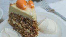 切片与奶油B的胡萝卜糕 免版税库存图片