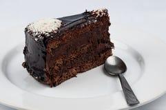 切片与巧克力光滑糖浆冠上的巧克力蛋糕  库存照片