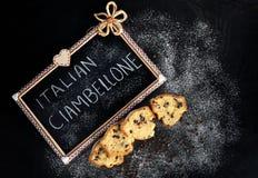 切片与巧克力片的Ciambellone 库存照片
