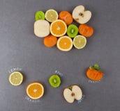 切片与标签的果子在石头 免版税库存照片