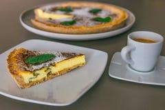 切片与薄荷的Flaà ³ Flao f的传统西班牙乳酪蛋糕 免版税库存图片