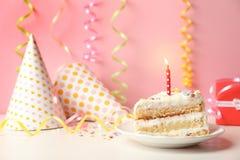 切片与蜡烛的可口生日蛋糕 免版税库存图片