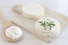 切片与酸性稀奶油的圆的面包 免版税库存图片