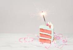 切片与闪烁发光物的生日蛋糕 免版税库存照片