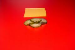 切片乳酪和黄瓜汉堡包的 免版税库存照片