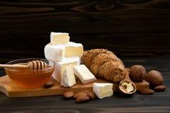 切片乳酪咸味干乳酪或软制乳酪用新月形面包 库存照片