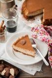 切片加香料的咖啡乳酪蛋糕 免版税图库摄影