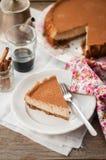 切片加香料的咖啡乳酪蛋糕 免版税库存图片