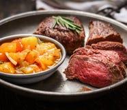 切片半生半熟烤肉牛排和辣调味汁调味 免版税图库摄影