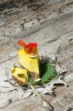 切片南瓜乳酪蛋糕为老金黄匙子服务 库存照片