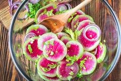 切片变粉红色新鲜的西瓜萝卜葱和芹菜自创carpaccio沙拉在木桌有选择性的fo上的可口早餐 图库摄影