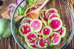 切片变粉红色新鲜的西瓜萝卜葱和芹菜自创carpaccio沙拉在木桌有选择性的fo上的可口早餐 免版税库存图片