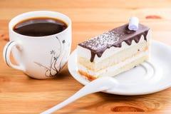 切片可口甜点分层了堆积釉蛋糕和咖啡  库存图片