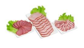 切片各种各样的准备的猪肉用在长方形盘的莴苣 免版税库存照片