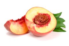 切片和一半与在白色背景隔绝的绿色叶子的桃子 库存照片