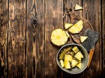 切片在一个罐的菠萝有轴的 免版税库存照片