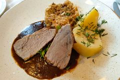 切片在一个调味汁的肉用土豆,绿色,圆白菜 免版税库存图片