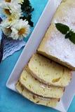 切片在一块蓝色板材的柠檬重糖重油蛋糕 库存图片