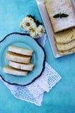 切片在一块蓝色板材的柠檬重糖重油蛋糕 库存照片