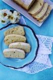 切片在一块蓝色板材的柠檬重糖重油蛋糕 免版税库存照片