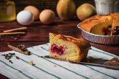 切片在一块镶边毛巾的樱桃蛋糕 免版税库存照片