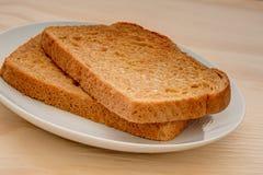 切片在一张木桌上的敬酒的麦子面包 免版税库存照片