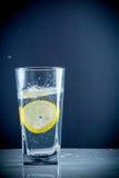 切片在一杯的柠檬糖水 图库摄影