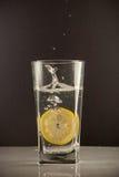 切片在一杯的柠檬糖水 免版税库存照片