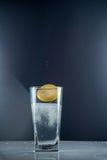 切片在一杯的柠檬糖水 库存照片