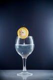 切片在一杯的柠檬糖水 库存图片