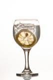 切片在一杯的柠檬糖水 免版税库存图片