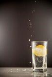 切片在一杯的柠檬糖水 免版税图库摄影