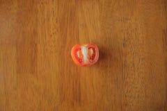 切片在木桌背景的蕃茄 库存照片