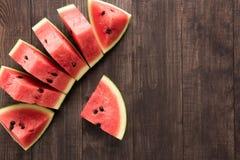 切片在木背景的新鲜的西瓜 免版税库存照片