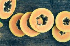 切片在木背景的甜番木瓜 免版税图库摄影