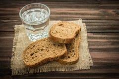 切片在木背景的黑麦面包 库存图片