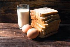 切片在木背景添面包,怂恿并且挤奶 库存照片