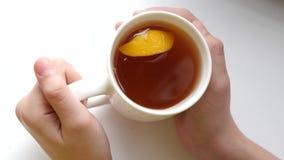 切片在杯子的芬芳柠檬用在玻璃的热的茶 感冒的维生素C 股票录像