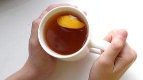 切片在杯子的芬芳柠檬用在玻璃的zlotty茶 股票视频
